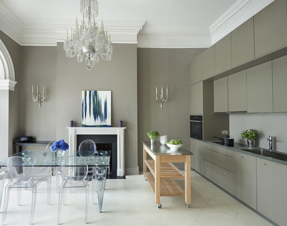 Idéer för att renovera ett funkis linjärt kök och matrum, med släta luckor, grå skåp och en köksö