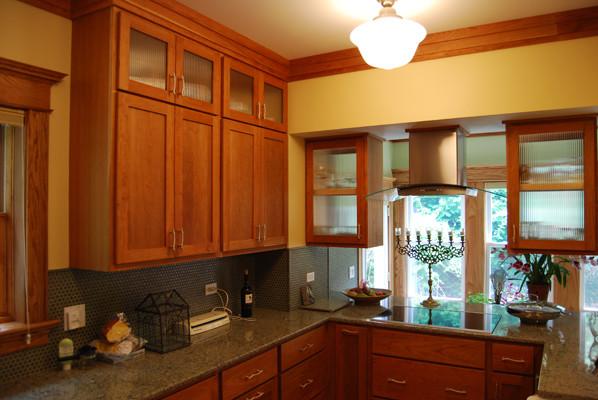Kitchen - traditional kitchen idea in Chicago