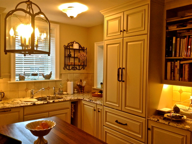 Chestnut hill european country kitchen for Traditional european kitchen