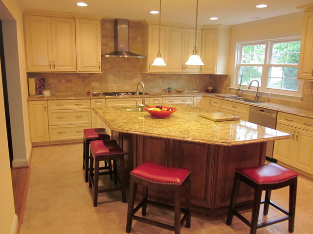 Classic open space with island traditional kitchen for Classic kitchen cabinets inc