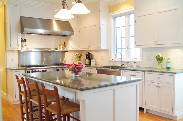 Classic shaker style white kitchen traditional kitchen for Shaker style kitchen with island