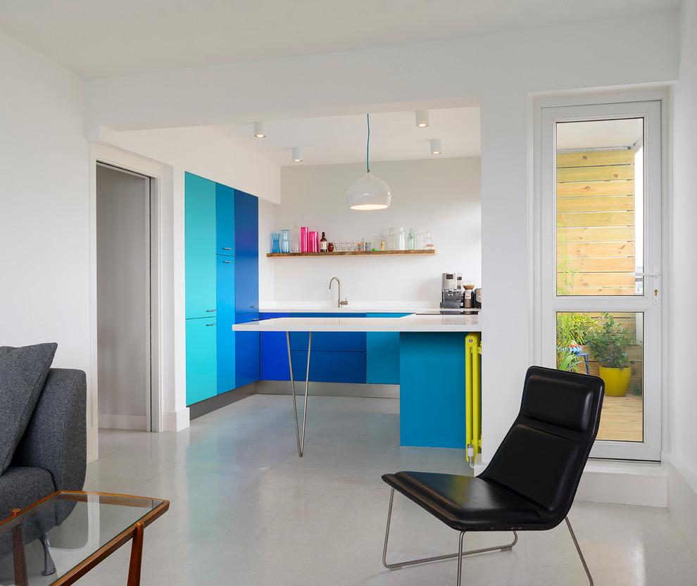 Foto de cocinas en U actual, pequeño, abierto, con armarios con paneles lisos, puertas de armario azules y península