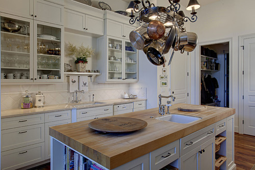 Traditional Kitchen by Bellevue General Contractors DME Construction