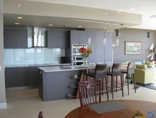 γκρι σκούρα ντουλάπια κουζίνας, πλάτη κουζίνας γαλάζιο γυαλί