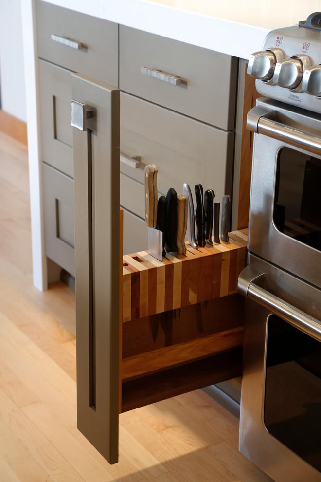 Kitchen - mid-sized transitional kitchen idea in Seattle