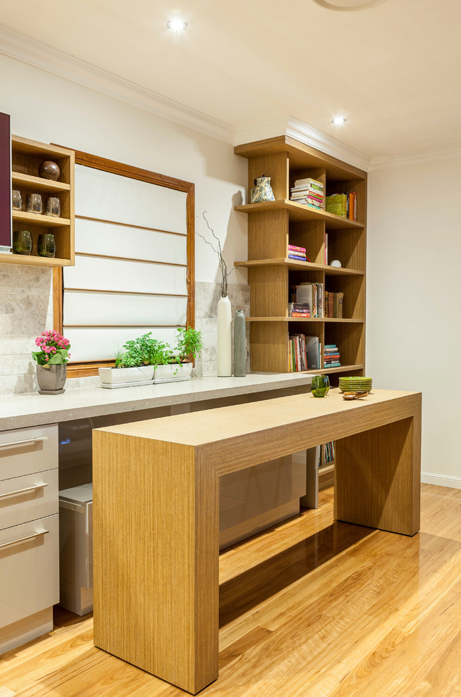 Idées déco pour une cuisine linéaire contemporaine avec un placard à porte plane et un sol en bois brun.