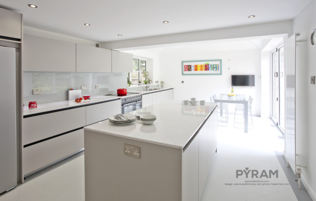 Contemporary handleless kitchen in light grey for Light grey modern kitchen