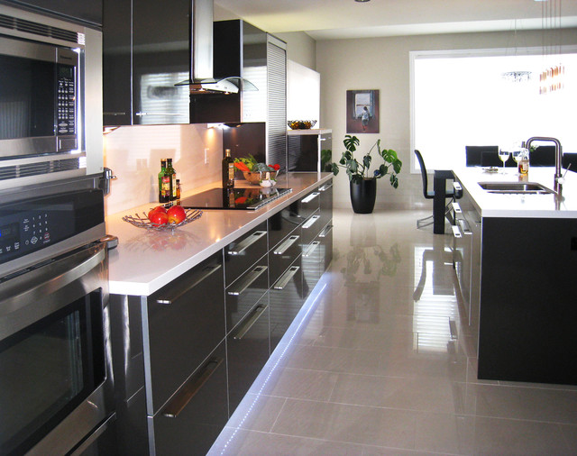 Contemporary Kitchen | High Gloss Laminate | Caesarstone Counter-Tops
