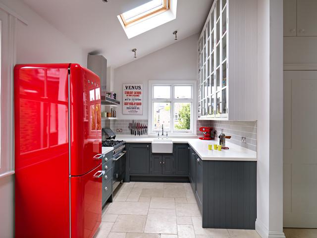Выдающиеся фото от архитекторов и дизайнеров интерьера: маленькая п-образная кухня в стиле современная классика с раковиной в стиле кантри, фасадами в стиле шейкер, серыми фасадами, серым фартуком и фартуком из плитки кабанчик без острова