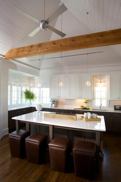 Diseño de cocina contemporánea con armarios estilo shaker y puertas de armario blancas