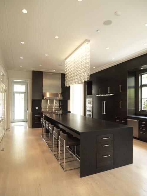 черная кухня на контрасте с белыми стенами
