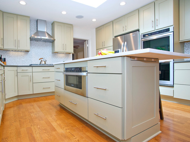 Contemporary light grey kitchen with island for Light grey modern kitchen