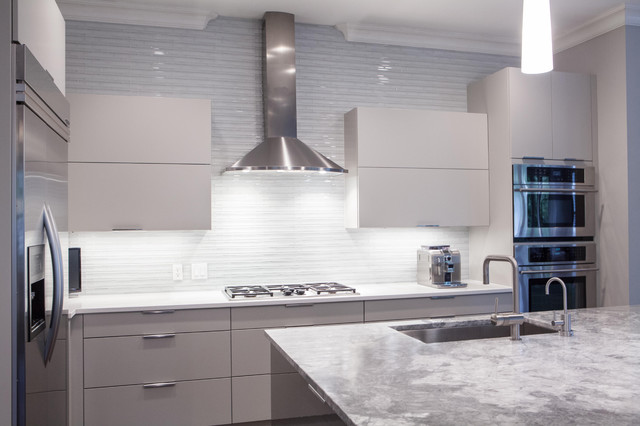 China Modern High Gloss White Paint Kitchen Cabinet Door: Contemporary Painted Grey Kitchen With High Gloss Island
