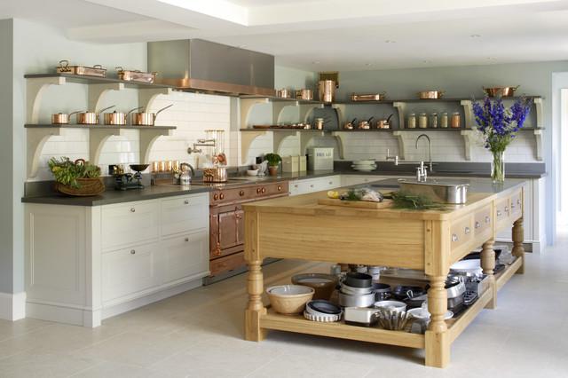 Große Klassische Küche in L-Form mit Kücheninsel, Küchenrückwand in Weiß, Rückwand aus Metrofliesen, Einbauwaschbecken, Schrankfronten mit vertiefter Füllung, Arbeitsplatte aus Holz, bunten Elektrogeräten und Kalkstein in Hampshire