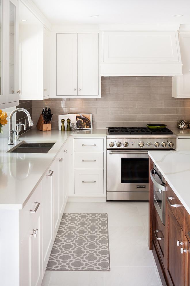 Idee per una cucina tradizionale con lavello sottopiano, ante in stile shaker, ante bianche, paraspruzzi grigio e elettrodomestici in acciaio inossidabile