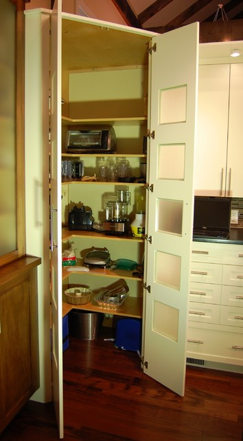 Corner walk-in pantry within the cabinetry - Contemporary ...