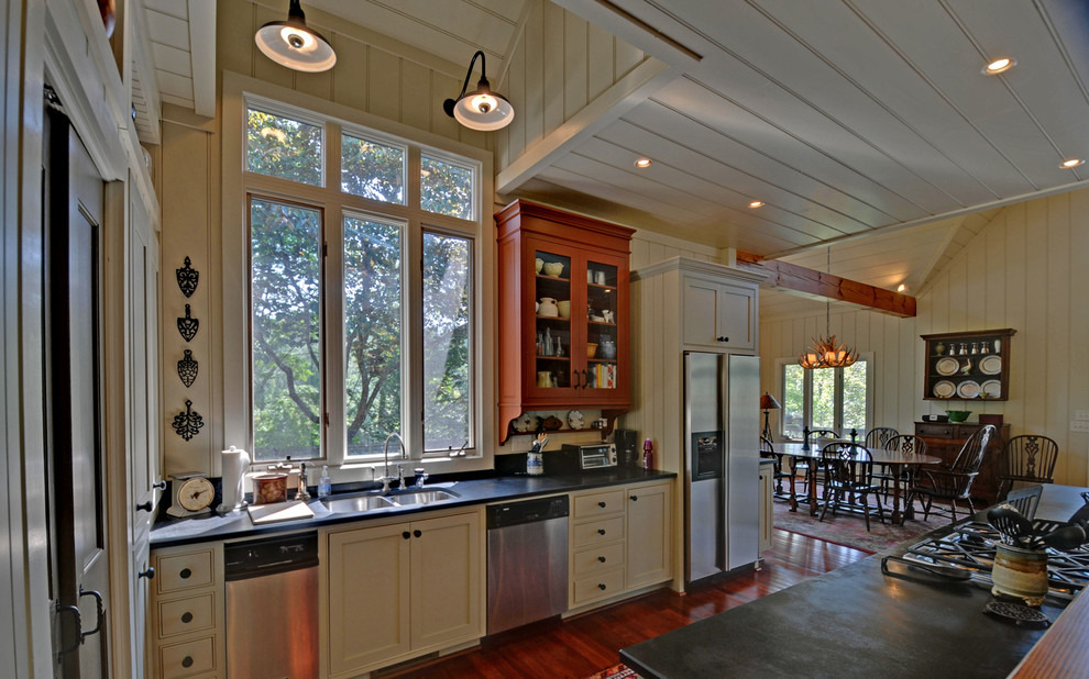 Idee per una cucina tradizionale con lavello a doppia vasca, ante a filo, ante beige e elettrodomestici in acciaio inossidabile