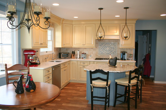 Country style colonial kitchen farmhouse kitchen for Colonial style kitchen cabinets