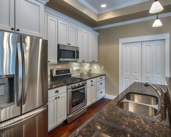 Traditional Kitchen Design Ideas, Remodels & Photos with an Island and ...
