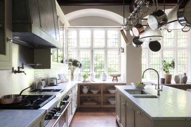 Offene, Zweizeilige, Große Klassische Küche mit Waschbecken, Schrankfronten mit vertiefter Füllung, weißen Schränken, Marmor-Arbeitsplatte, Küchenrückwand in Metallic, dunklem Holzboden und Kücheninsel in London