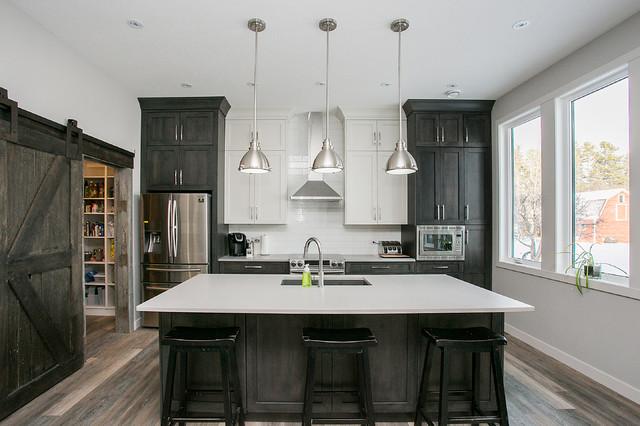 Ispirazione per una cucina chic con lavello sottopiano, ante in stile shaker, ante in legno bruno, paraspruzzi bianco, elettrodomestici in acciaio inossidabile, pavimento in legno massello medio e isola