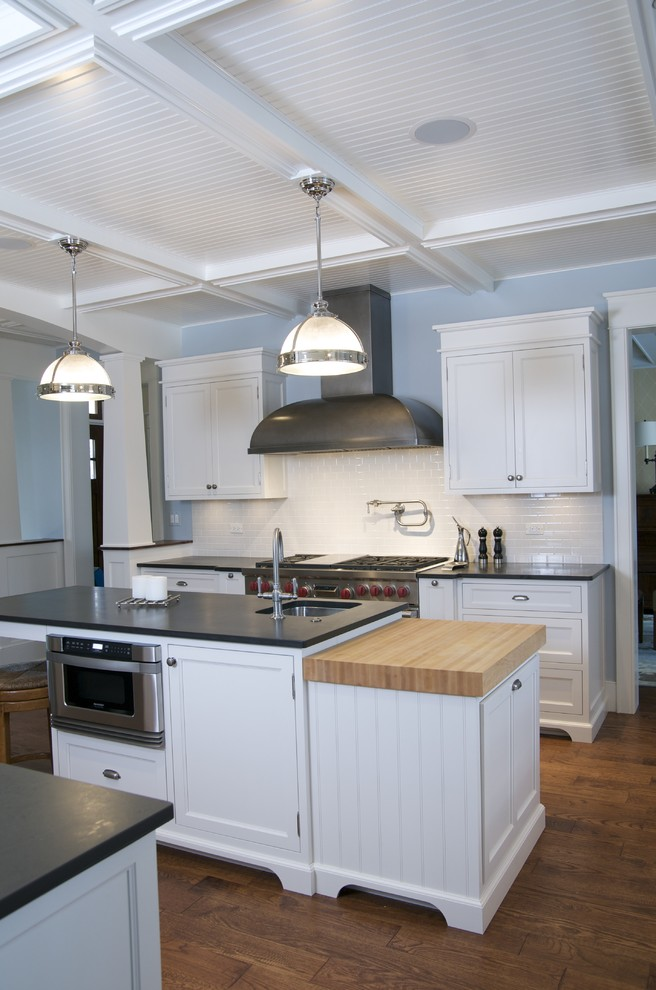 Example of an urban kitchen design in Chicago