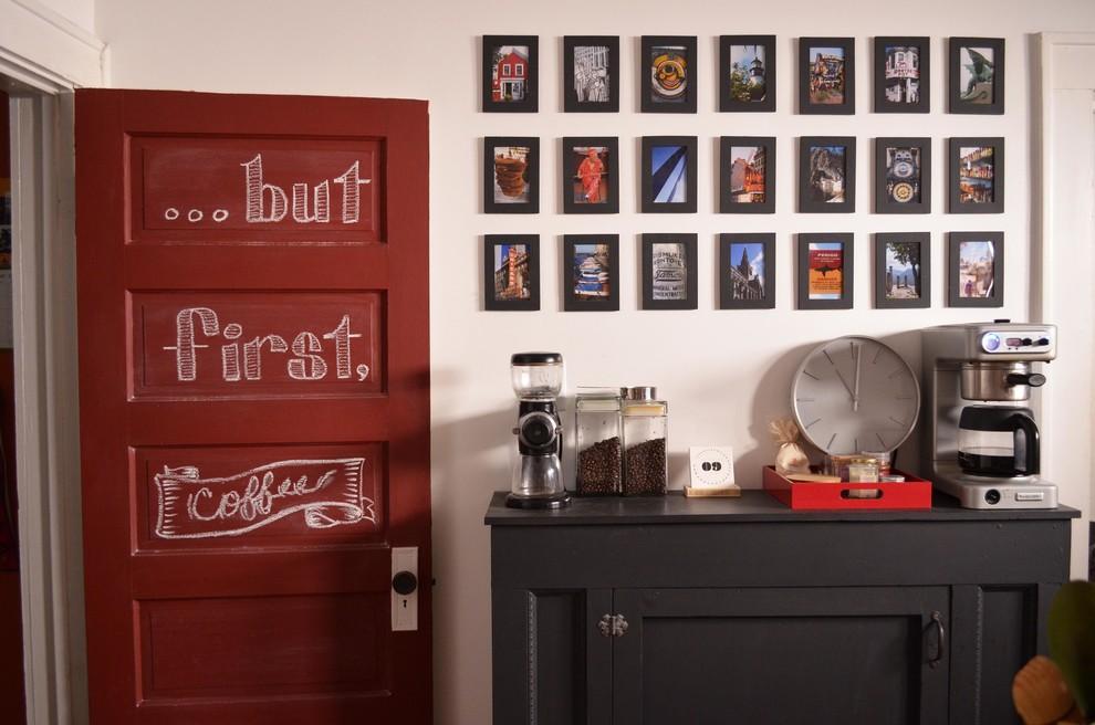 Cette photo montre une cuisine chic avec un placard avec porte à panneau encastré et des portes de placard noires.