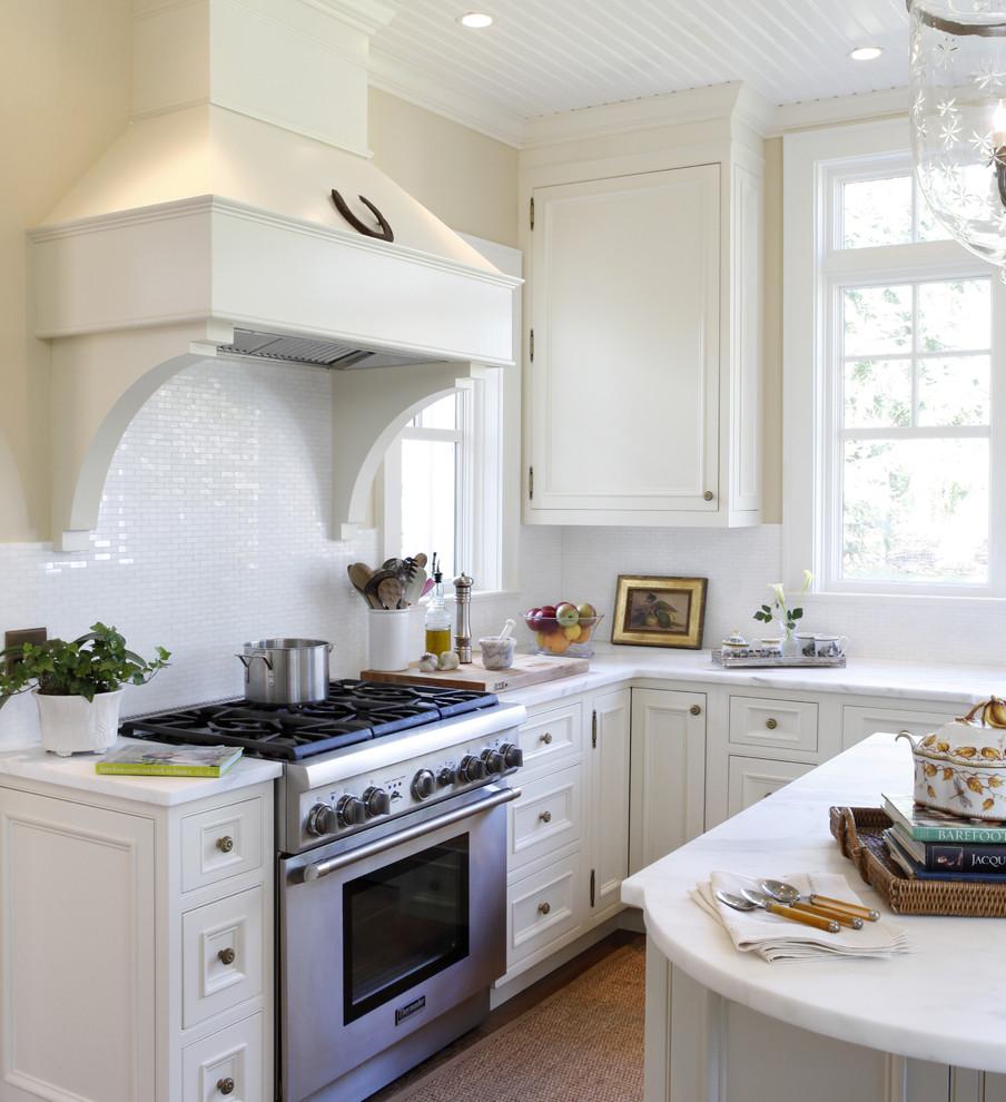 Immagine di una cucina classica di medie dimensioni