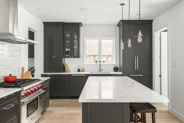 Kitchen - transitional kitchen idea in Vancouver