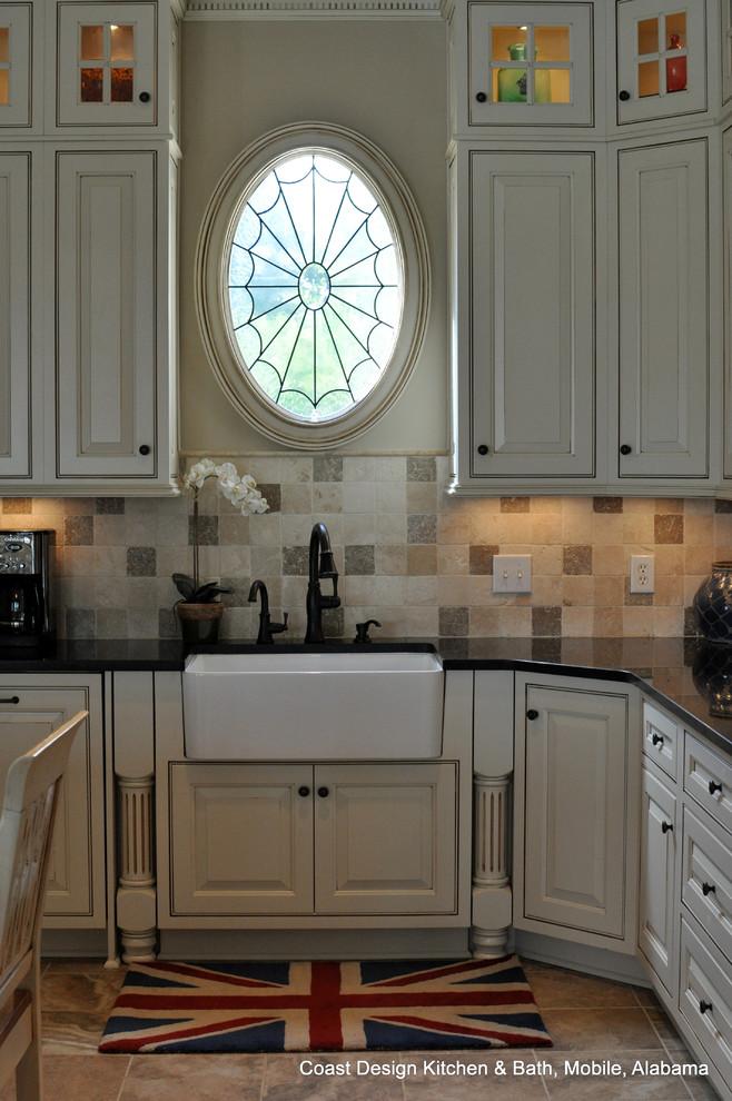 Example of a classic kitchen design in Miami