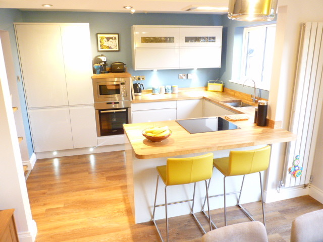 Dove Grey Gloss Handle Less Kitchen With Solid Oak