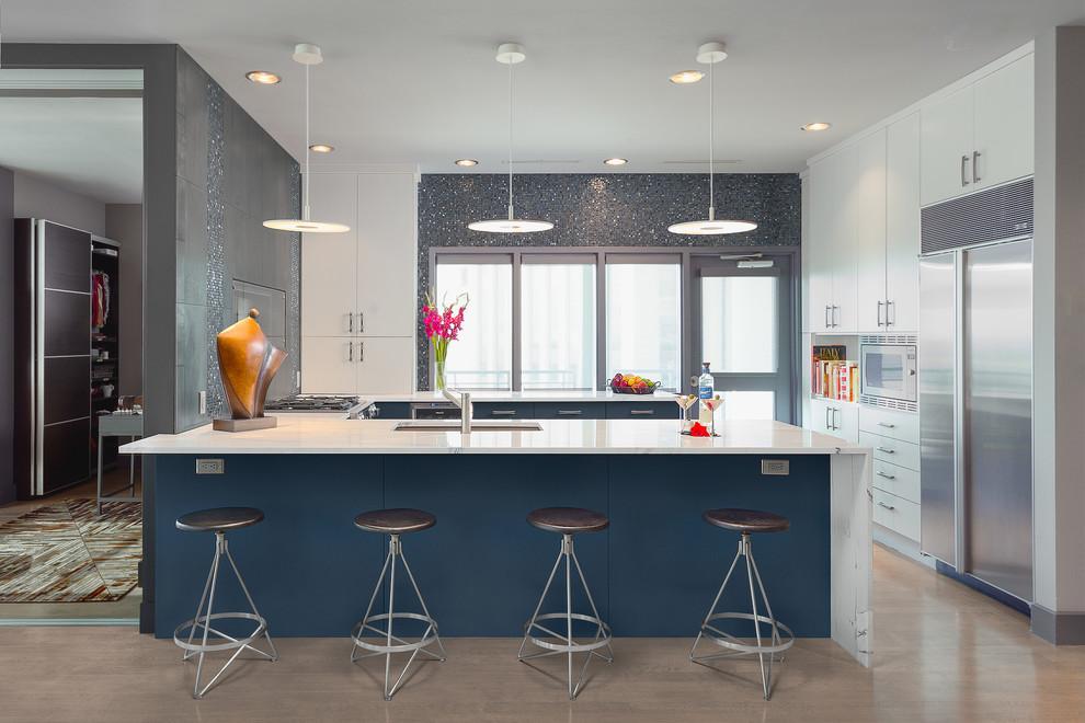 Imagen de cocinas en U actual, pequeño, sin isla, con fregadero bajoencimera, armarios con paneles lisos, puertas de armario azules, salpicadero azul, salpicadero con mosaicos de azulejos, electrodomésticos de acero inoxidable y suelo de madera clara