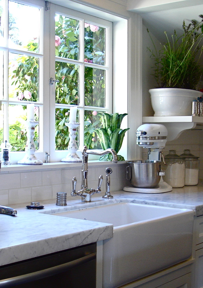Eat-in kitchen - small traditional l-shaped dark wood floor, brown floor and vaulted ceiling eat-in kitchen idea in San Francisco with a farmhouse sink, white cabinets, marble countertops, white backsplash, subway tile backsplash, stainless steel appliances, an island and white countertops