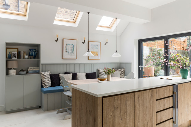 Idéer för att renovera ett vintage kök och matrum, med släta luckor, skåp i ljust trä och en köksö
