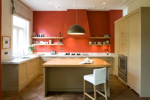 キッチンの背面にオレンジのアクセントクロス