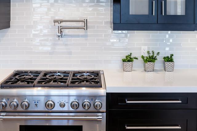 Kitchen - transitional kitchen idea in Toronto