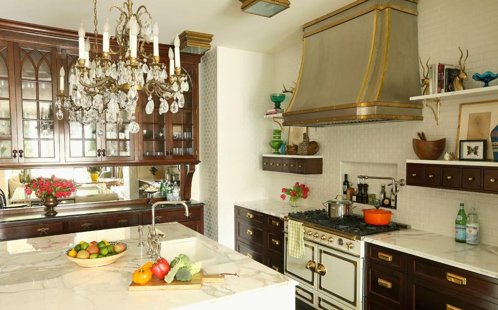 Idee per una cucina eclettica con ante di vetro, ante in legno bruno, paraspruzzi bianco, paraspruzzi con piastrelle diamantate e elettrodomestici bianchi