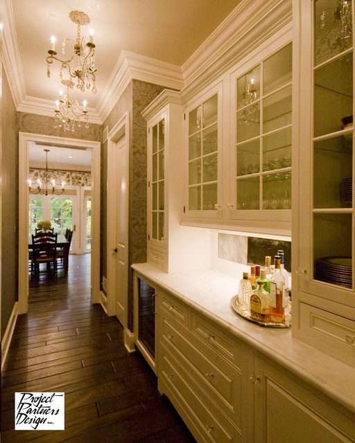 Elegant butler 39 s pantry traditional kitchen chicago for Butlers kitchen designs