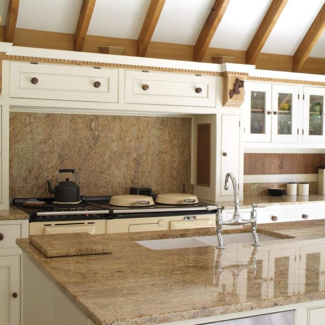 Elegant country estate style kitchen rustic kitchen for Suelo marmol beige