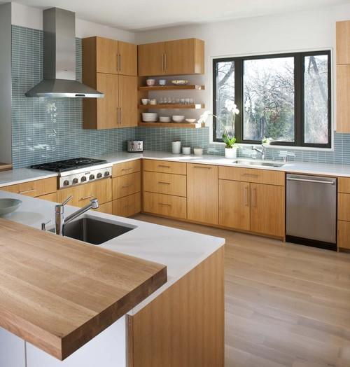 cocina con azulejos azules y muebles de madera