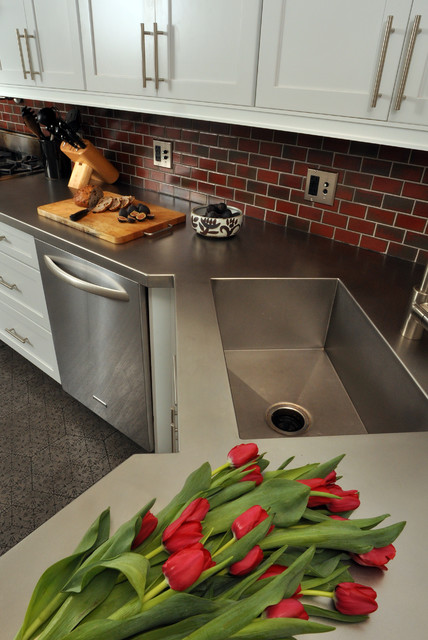Etonnant Example Of A Mid Sized Trendy Galley Concrete Floor Eat In Kitchen Design In