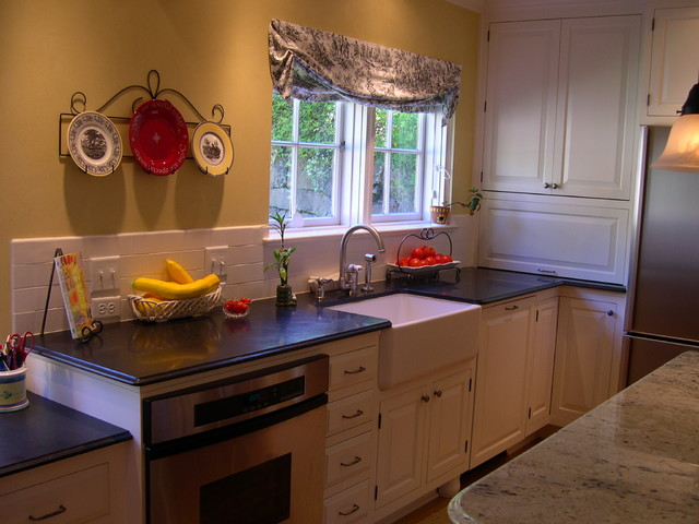 Family friendly kitchen farm sink traditional-kitchen