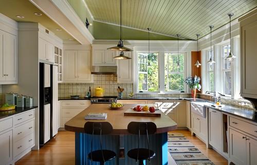 cocina blanca con desayunado de madera ideal para una casa de campo