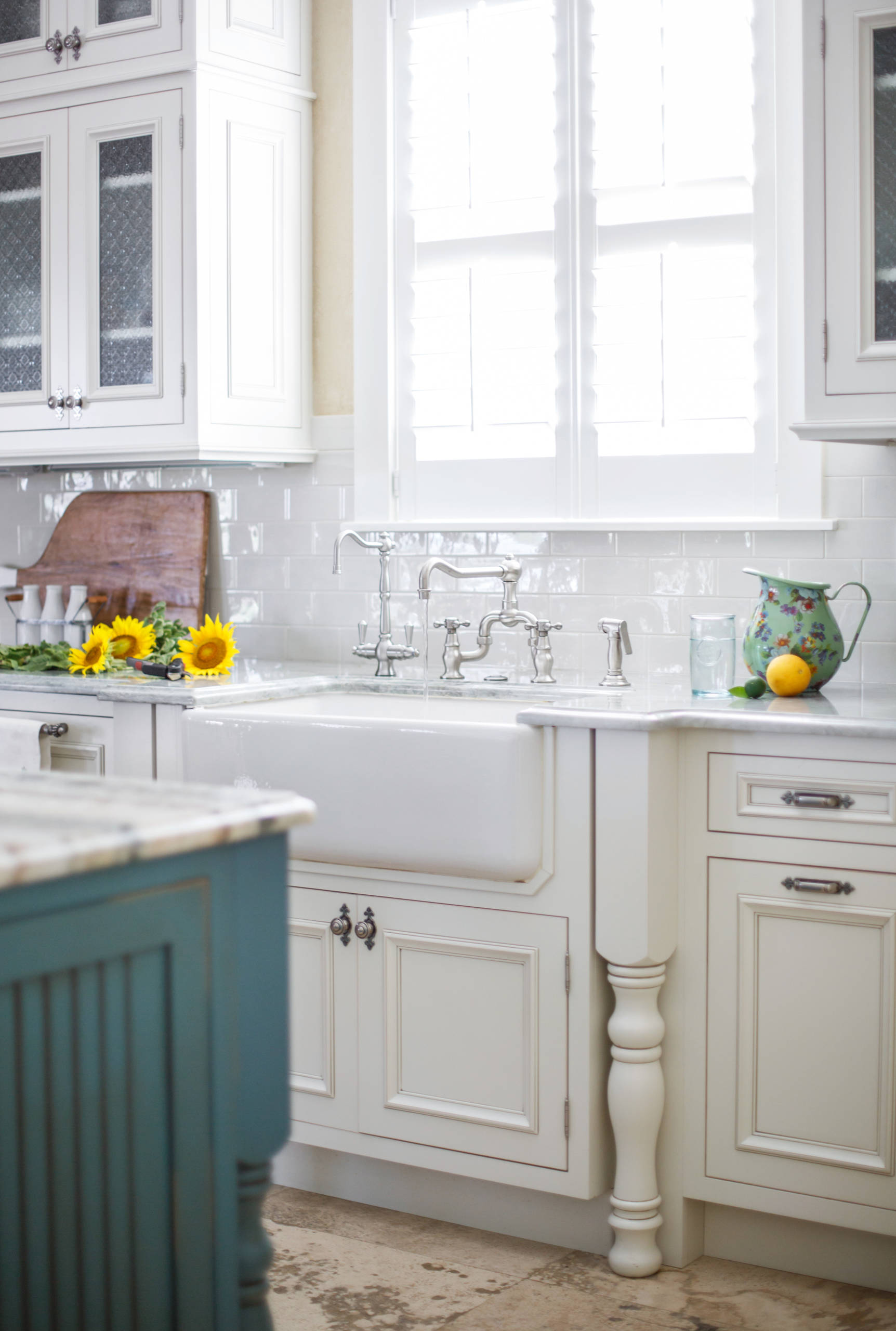 75 Beautiful Farmhouse Kitchen With Distressed Cabinets Pictures Ideas December 2020 Houzz