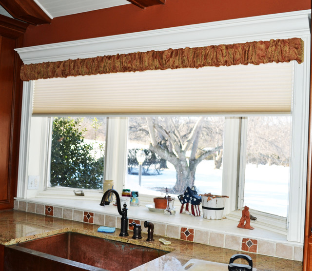 Farmhouse window treatments rustic kitchen for Farmhouse kitchen window treatments
