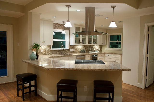 Charmant Example Of A Classic Kitchen Design In Houston