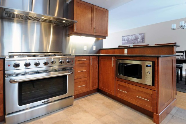 Example of a trendy kitchen design in Ottawa