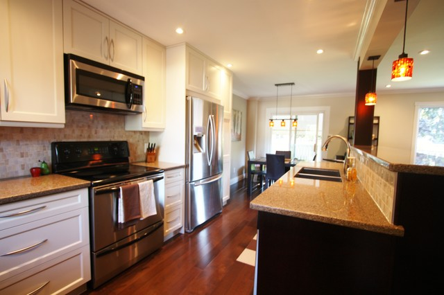 Galley style kitchen traditional kitchen toronto for Pictures of galley style kitchens