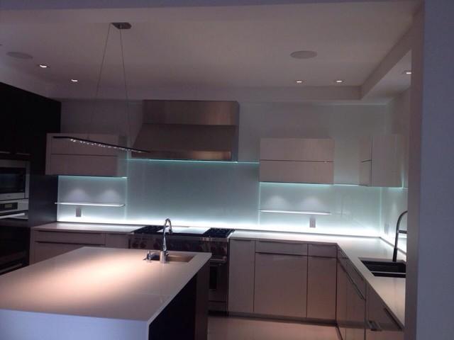 Gl Kitchen Backsplash W Led Lighting Modern Kök