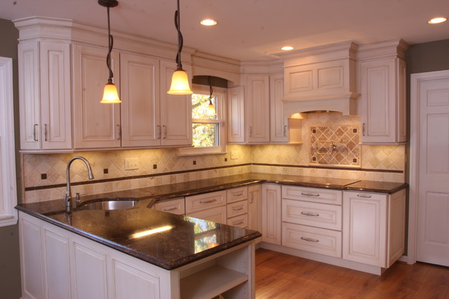 Glazed white cabinets traditional kitchen cincinnati for Cincinnati kitchen cabinets